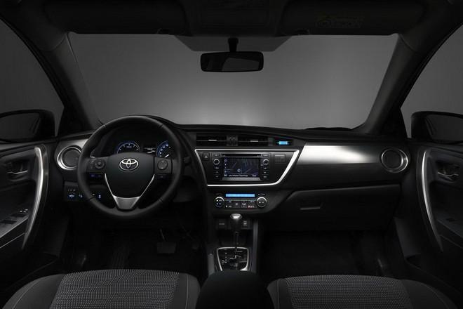 Новая Toyota Auris 2013 — интерьер
